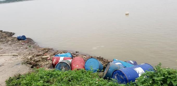 Hà Nội: Phát hiện hàng chục thùng phuy nghi chứa chất chất độc hại đổ xuống sông Hồng