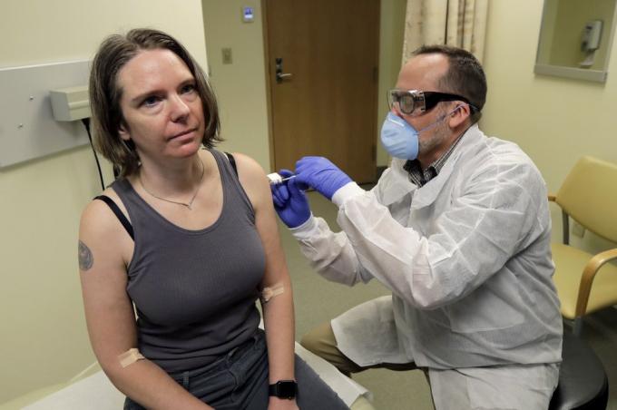 Jennifer Haller (trái) là một trong 45 tình nguyện viên tham gia giai đoạn 1 thử nghiệm lâm sàng này.
