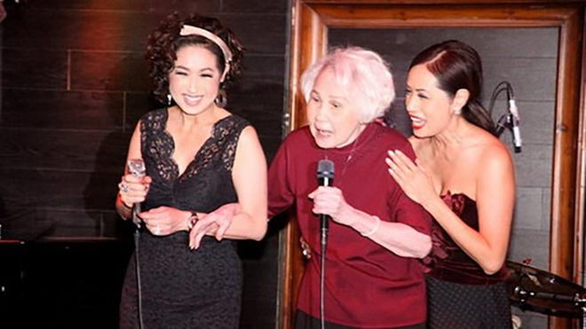 Nữ danh ca trong đêm nhạc cùng con gái Ý Lan.