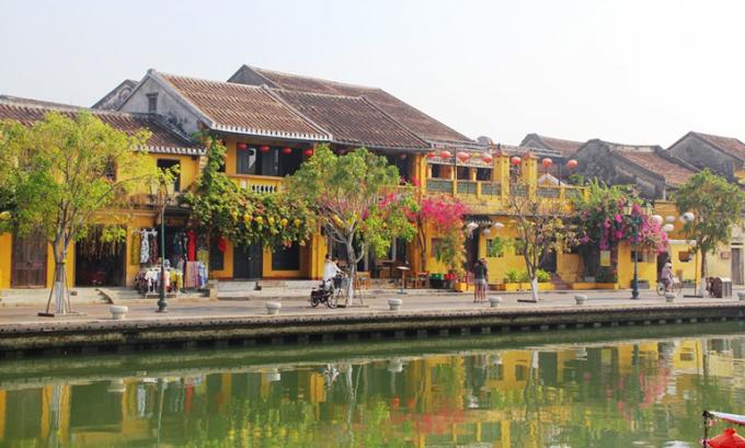 Nhiều điểm du lịch nổi tiếng vắng khách, doanh thu của các ngành du lịch giảm sút nghiêm trọng.