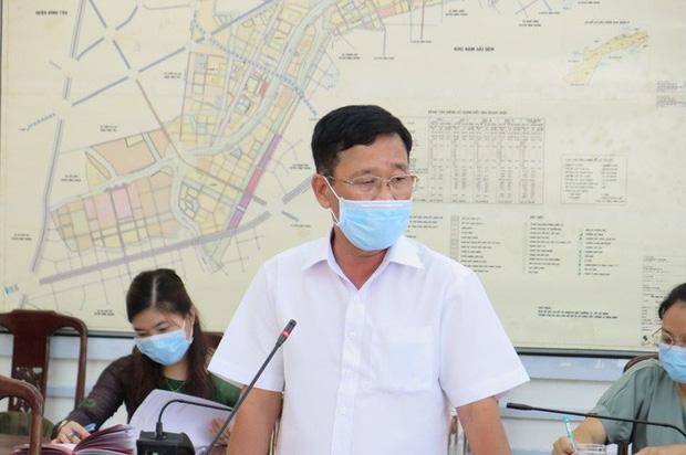 Chủ tịch UBND quận 8 Trần Quang Thảo báo cáo tại cuộc họp.