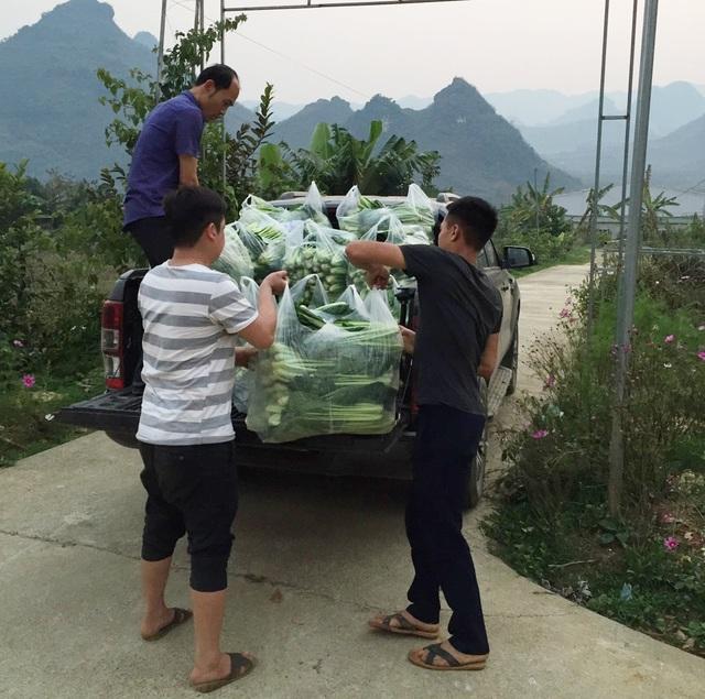 Không chỉ anh Sơn mà chủ nhà xe tuyến Lai Châu - Hà Nội cũng góp một phần nho nhỏ cho bà con dưới Hà Nội thông qua việc không thu cước phí gửi.