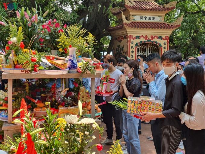 Người dân vẫn tiến hành thắp hương, làm lễ ở phía ngoài.