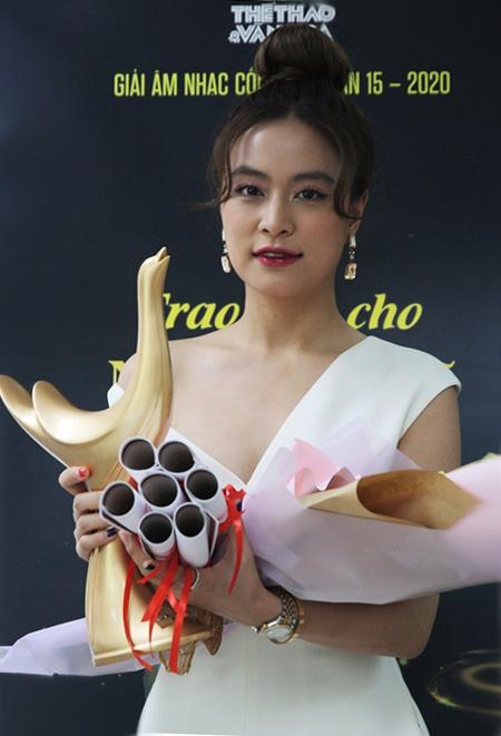 Hoàng Thùy Linh nhận giải thường.
