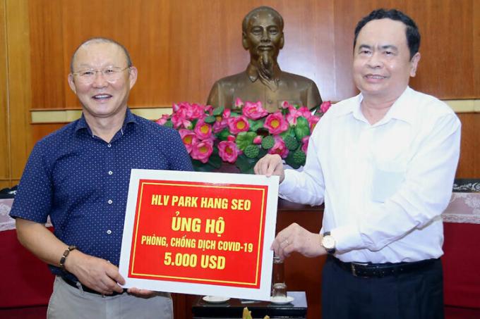 HLV Park Hang Seo ủng hộ 5.000 USD cho công tác phòng chống dịch Covid-19 của Việt Nam.