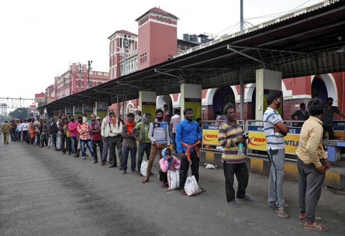 Ngày 25/3,, công nhân nhập cư chờ xếp hàng để nhận thức ăn miễn phí bên ngoài nhà ga Howrah ở Kolkata.