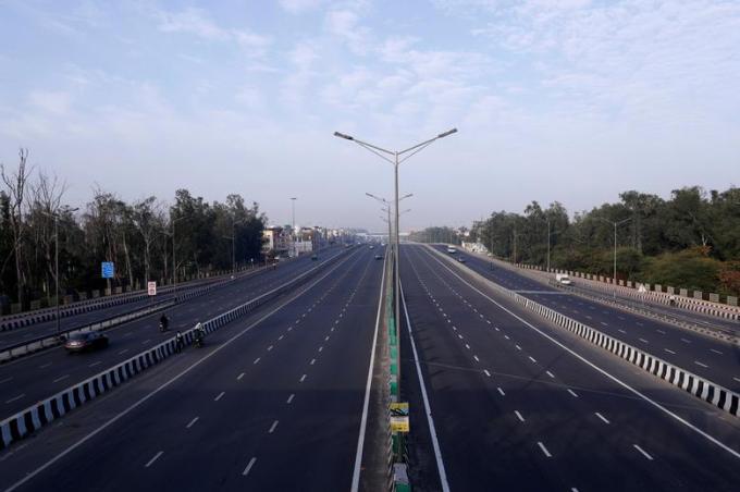 Làn đường trên đại lộ ở New Delhi chỉ lác đác vài phương tiện qua lại vào ngày 23/3.