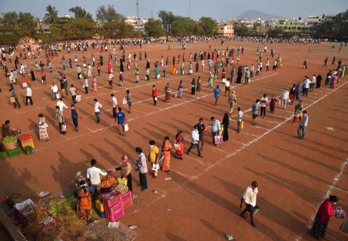 Tạimột khu chợ tạm ở Vijayawada, Andhra Pradesh cũng áp dụng kẻ ô để hạn chế tiếp xúc.