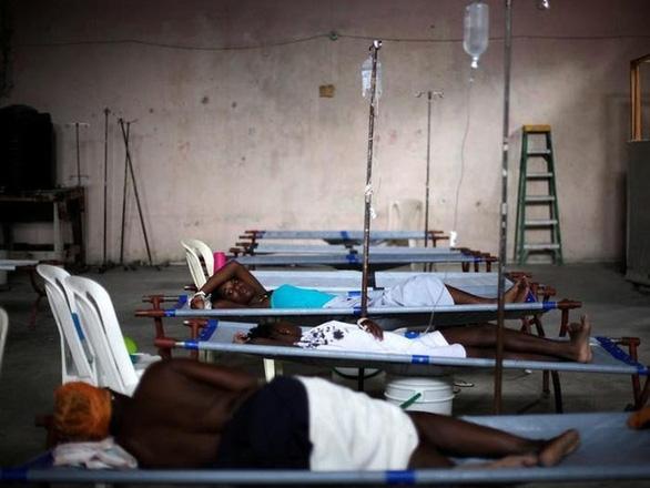Bệnh nhân chờ đợi tại Trung tâm điều trị bệnh tả của Diquini ở Port-au-Prince, Haiti - Ảnh: THOMSON REUTERS