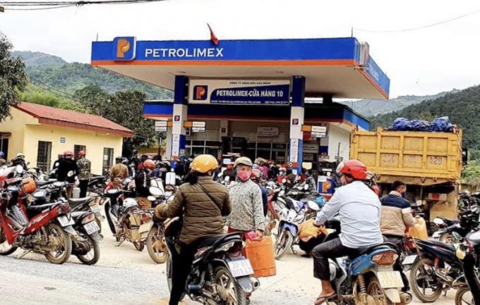 """Giá xăng dầu giảm mạnh, nhiều người dân """"sắm"""" hẳn can nhựa có dung tích chứa lớn để mua xăng dầu về nhà tích trữ."""
