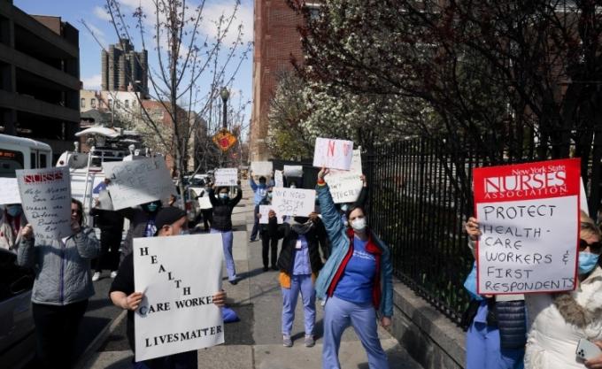 30 y tá ở New York biểu tình đòi có khẩu trang và đồ bảo hộ