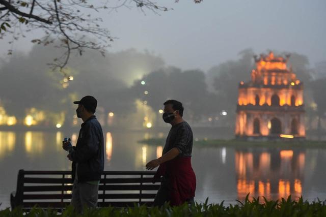 Hồ Gươm là địa điểm tập thể dục quen thuộc của người dân sinh sống khu vực lân cận lâu nay.