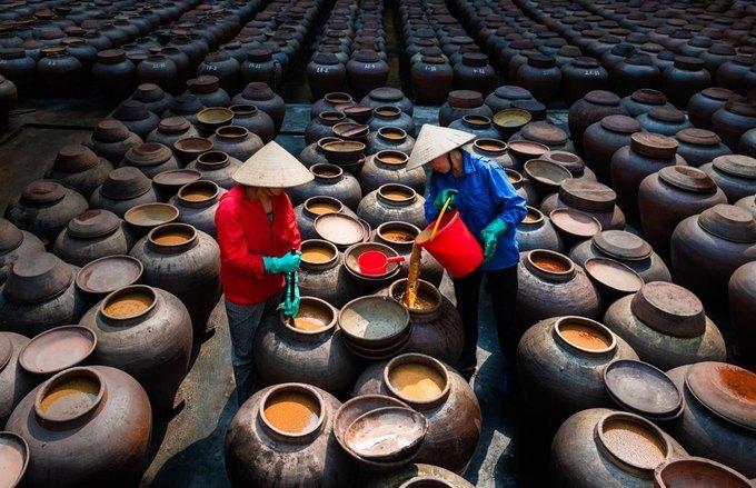 """Ảnh """"Làm tương"""" của Trịnh Đình Thắng thuộc mục ảnh Đời sống. Ảnh: Trịnh Đình Thắng."""
