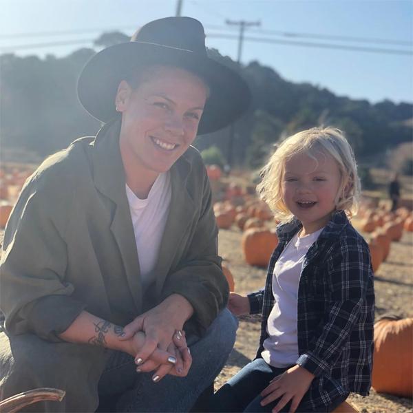 Ca sĩ Pink và con trai.