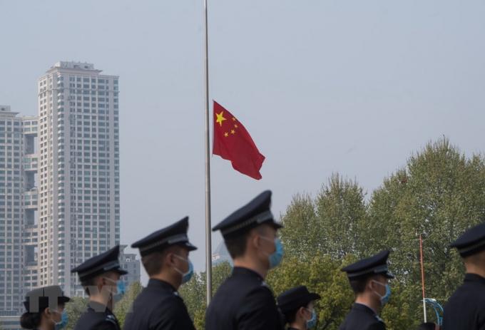 Treo cờ rủ trong lễ quốc tang tưởng nhớ các liệt sỹ và bệnh nhân tử vong vì đại dịch Covid-19 ở Vũ Hán.