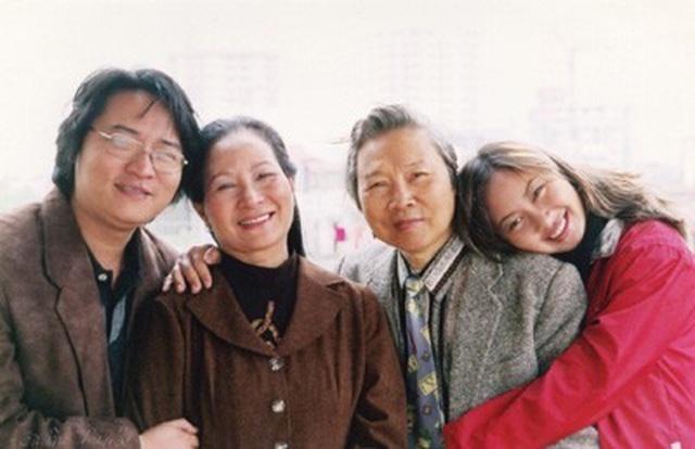 NSƯT Phạm Ngọc Hướng chụp ảnh cùng vợ và 2 con.