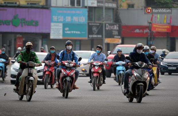 Dù không phải giờ cao điểm, mật độ giao thông ởcác tuyến đường vẫn khá cao.