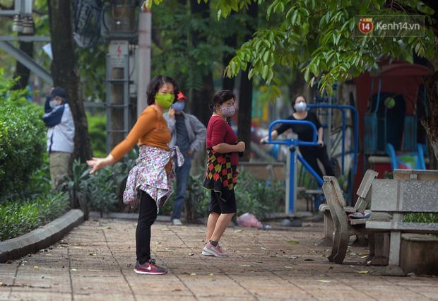 1 tuần sau yêu cầu cách ly xã hội: Người dân Hà Nội lại ra đường đông đúc