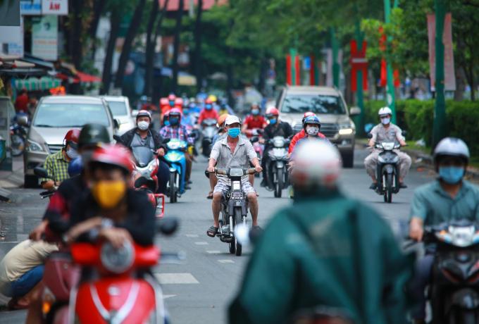 Đường phố đông đúc trở lại sau hơn 1 tuần thực hiện giãn cách xã hội.
