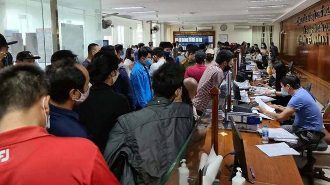 Rất nhiều người chờ hoàn thiện hồ sơ tại trụ sở quận Hải An gây ra cảnh khá hỗn loạn.