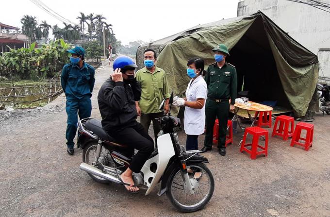 Chốt kiểm tra thân nhiệt tại thôn 3, Bình Nghĩa, huyện Bình Lục, Hà Nam, nơi