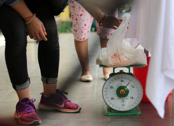 Mỗi người chỉ nhận 3 kg gạo mỗi ngày. (Ảnh: Trần Cường)