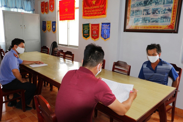 Ông Nguyễn Văn Hải (phải) tại cơ quan điều tra - Ảnh: PHAN TẠI