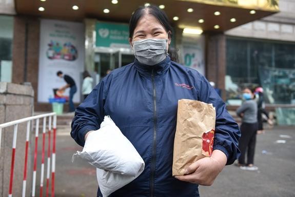 Thực phẩm là nhu cầu cấp thiết được mọi người đến siêu thị lựa chọn.