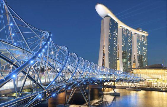 CầuHelix là một trong 4 cây cầu của châu Á có mặt trong danh sách nói trên, nối trung tâm thương mại Marina với bến du thuyền phía Nam, trong vịnh Marina Bay của quốc đảo sư tử.