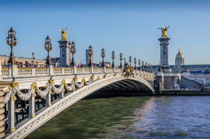Pont Alexandre III làcầu vòm bắc qua sông Seinevới thiết kế lịch lãm, cổ kính và sang trọng.Cây cầu được khánh thành vào dịp Triển lãm quốc tế năm 1900, thu hút hàng triệu du khách tham quan.