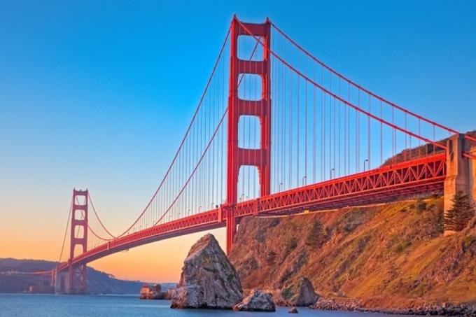 Cầu Cổng vàng, bang California, Mỹ được thiết kế theo kiến trúcmang tính biểu tượng của thành phố San Francisco và hạt Marin, bang California, có chiều dài 2,7m.Mỗi năm, cây cầu thu hút khoảng 10 triệu lượt du khách tới tham quan, tìm hiểu về lịch sử và ngắm cảnh.