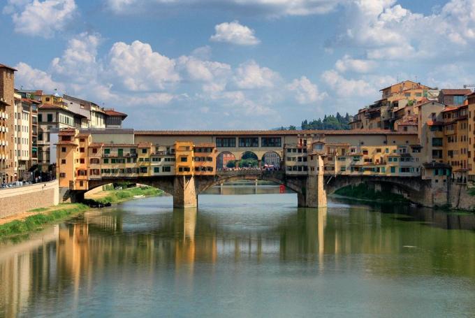 Cầu Ponte Vecchio, Florence, Italylà cây cầu duy nhất bắc qua sông Arno ở thành phố Florence cho đến năm 1218.Cây cầu từng là khu chợ nhỏvới nhiều cửa hàng bán thịt, bán cá, thuộc da... nhưng do lượng chất thải quá nhiều nên giờ chỉ còn các cửa hàng kinh daonh kim hoàn. Đây làđiểm du khách dừng chânngắm nhìn cảnh sông. Các cửa hàng trên cầu bán nhiều đồ lưu niệm, trang sức..