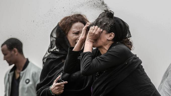 Phóng viên ảnh người Ethiopia Mulugeta Ayene ghi lại nỗi đau đớn tột cùng trên gương mặt người thân của những nạn nhân trong tai nạn hàng không hãng Etopian Airlines ngày 10/3/2019.