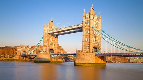 CầuTháp, London, Anh được xây dựng cách đây125 năm. Cây cầu được thiết kế với những con đường xoay để cho phép tàu đi qua. Đây là một trong những kiến trúc nổi tiếng và dễ nhận biết nhất của thành phố.