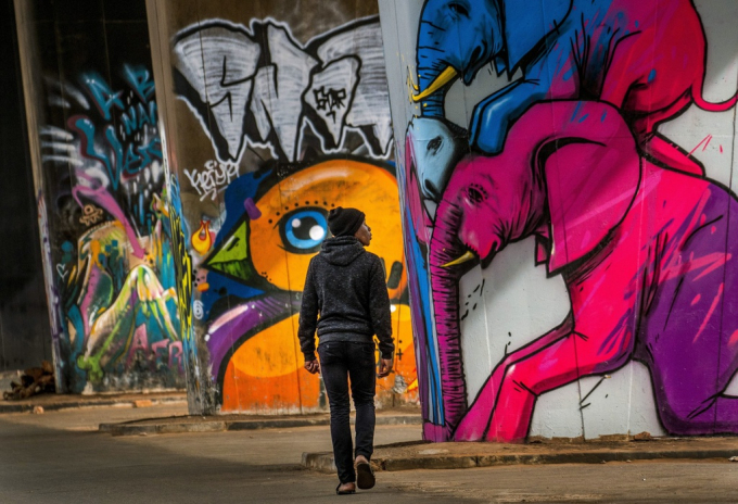 Các bức tranh với màu sắc sống động được vẽ ở Graffiti tại quận Maboneng, ngoại ô thành phố Johannesburg, Nam Phi - nơi có tỷ lệ nhiễm Covid-19 và tử vong cao. Ảnh: AP.