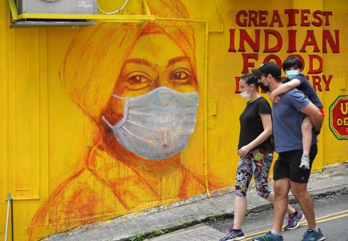 Bức tranh phác họa chân dung nữ bác sĩ người Hồi giáo có ý nghĩa vô cùng đặc biệt. Bởiđối với phụ nữ đạo Hồi, chiếc khăn trùm Hijab luôn là vật bất ly thân, thế nhưng vì công việc điều trị cho người bệnh, họ đã chấp nhận cởi bỏ chiếc khăn và thay vào đó là đeo khẩu trang. Ảnh: Felix Wong.12