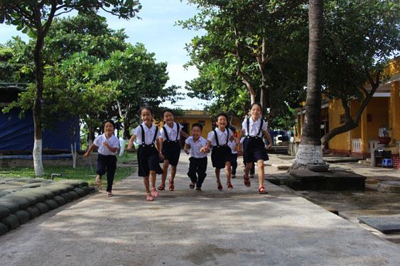 Học sinh xã Sinh Tồn, huyện Trường Sa, tỉnh Khánh Hòa trong giờ ra chơi tại trường. Ảnh: QUANG LIÊM