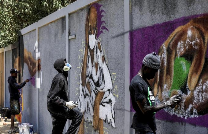 Bức tường Graffiti dưới bàn tay của các nghệ sĩ đường phố. Họ muốn kêu gọi mọi người hãy tự giác bảo vệ sức khỏe bản thân. Một sự cổ vũ tinh thần ở vùngSenagal đang phải chống chọi với dịch bệnh. Ảnh: Reuters.