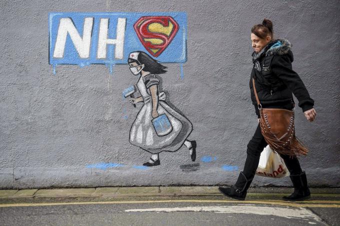 Hình vẽ Graffiti các nữ y tá được ví với biểu tượng Nữ Siêu Anh Hùng tại Pontefract, miền Bắc nước Anh. Khi dịch bệnh tràn lan, họ đều được coi như một người anh hùng đáng tôn vinh của người dân. Ảnh: AFP.