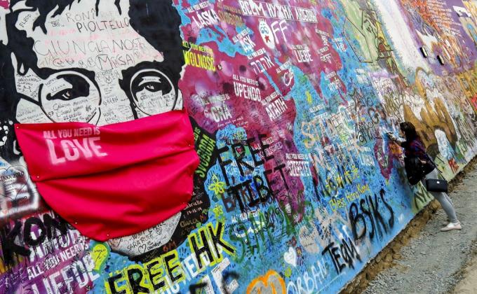Bức tường phác họa John Lennon - nhạc sĩ quá cố của nhóm nhạc The Beatles tại Prague, Cộng hòa Séc. Hàm ý của bức tranh là dịch bệnh không từ một ai, một đất nước nào, nhưng chúng ta hãy học cáchsuy nghĩtích cực, lạc quan và tin tưởng vào đội ngũ y bác sĩ, cùng với ý thức tự giác của mỗi công dân. Ảnh: Reuters.