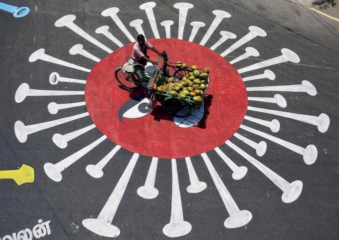 Hình ảnh mô tả virus corona khác tại Chennai, Ấn Độ với tông nổi bậtđể người dân hiểu rõ về sự nguy hiểm của virus corona. Virus có thể hiện hữu khắp nơi nếu bạn không có biện pháp phòng chống an toàn. Ảnh: AFP.