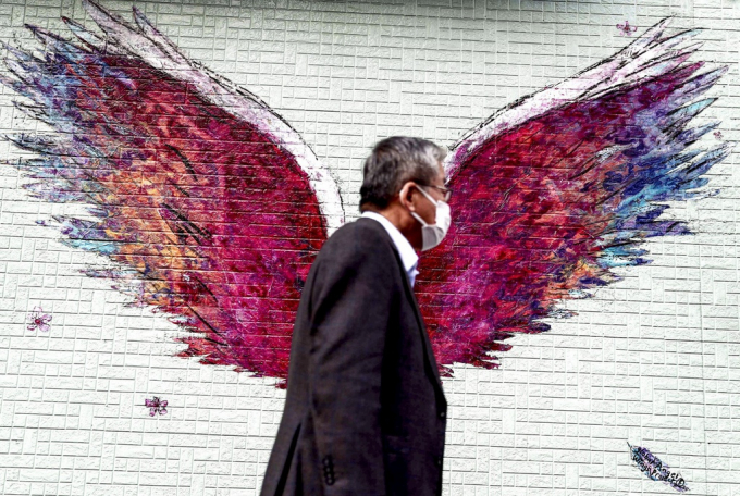 Bức tranh vẽ đôi cánh thiên thần - biểu tượng cho ước mơ và hy vọng được vẽ khắp nơi trên đường phố Nhật Bản - đất nước chịu ảnh hưởng nặng nề do Covid-19 gây ra. Ảnh: AFP.
