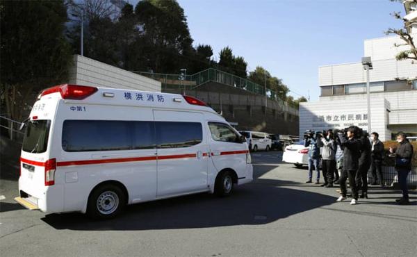 Xe cấp cứu chở khách nhiễm Covid-19 trên du thuyền Diamond Princess tới bệnh viện ở Yokohama. Ảnh: Kyodo