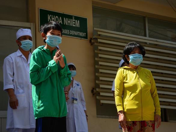 Bệnh nhân 36 (áo vàng) đã xuất viện ngày 10/4.