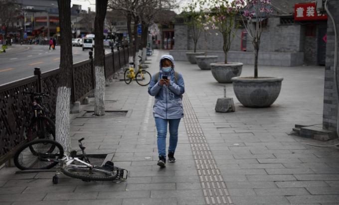 Bắc Kinh, Trung Quốc. Ảnh 1 ghi lại thành phố vào ngày 2/3/2019 và ảnh 2 là ngày 26/3/2020. Bộ Sinh thái và Môi trường Trung Quốc đã đưa ra dữ liệu ngày 6/4 cho thấy mức độ ô nhiễm giảm đáng kể trong 3 tháng đầu sau khu quốc gia này thực hiện chính sách đóng cửa thành phố ngăn chặn dịch Covid-19. Mức độ bụi mịn PM 2.5 trên toàn quốc giảm 18% từ giữa tháng 1 đến giữa tháng 4.Ảnh: Jason Lee/Reuters - Greg Baker/AFP.
