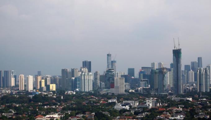 Thủ đô Jakarta, Indonesia. Thời điểm tháng 6 năm 2019, Jakarta luôn đứng đầu bảng xếp hạng thành phố ô nhiễm nhất thế giới, chỉ số AQI ở mức 240. Tuy nhiên năm 2020 thời gian thực hiện giãn cách xã hội và hạn chế phương tiện giao thông công cộng từ22/3, mức độ ô nhiễm của thành phố đã giảm đáng kể. Ảnh: Willy Kurniawan/Reuters.