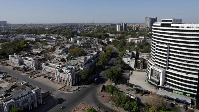 Ảnh chụp đường chân trời ở New Delhi ngày 8/11/2018 và 8/4/2020. Mức độ bụi mịn PM 2.5 của thành phố đã giảm 71% sau một tuần. Không khí trong lành đến nỗi nhiều người dân tại bang Punjab có thể nhìn thấy cả dãy Himalaya cách đó gần 200km lần đầu tiên sau 30 năm.  Ảnh: Anushree Fadnavis/Adnan Abidi/Reuters.