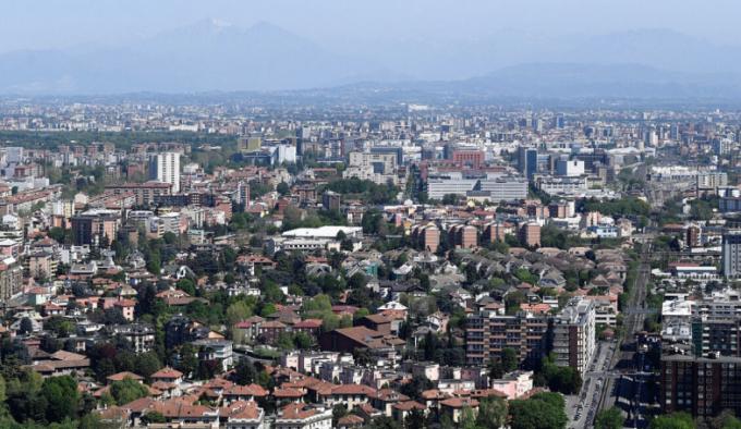 Milan, Italy. Nơi đây vốn được coi là thành phố ô nhiễm nhất châu Âu năm 2008. Thế nhưng từ thời điểm dich bùng phát, Chính phủ ra lệnh phong tỏa toàn quốc, không khí đã trở nên trong lành hơn, tầm nhìn rõ hơn. Ảnh 1 là ngày 8/1/2020 và ảnh 2 là ngày 17/4/2020. Ảnh: Flavio Lo Scalzo/Reuters.