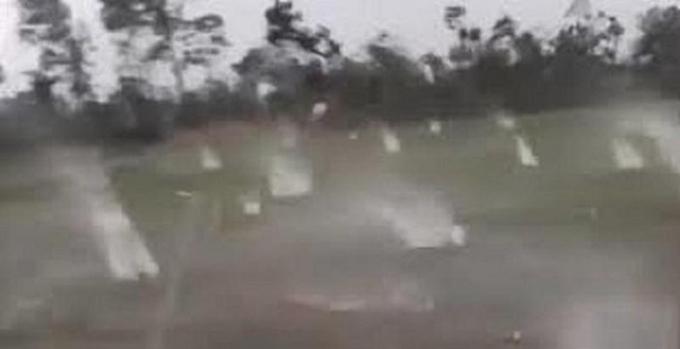 Trên mạng lan truyền clip về trận mưa đá to ở Cao Bằng (Ảnh cắt từ clip).