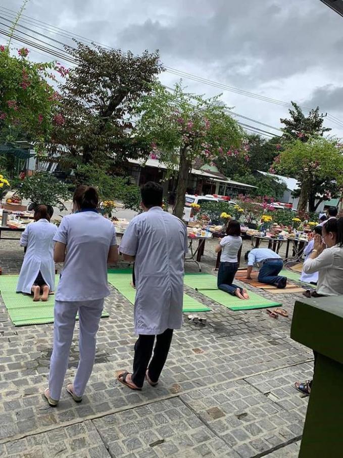 Hình ảnh các bác sĩ trong trang phục blouse trắng đang cúng lễ.
